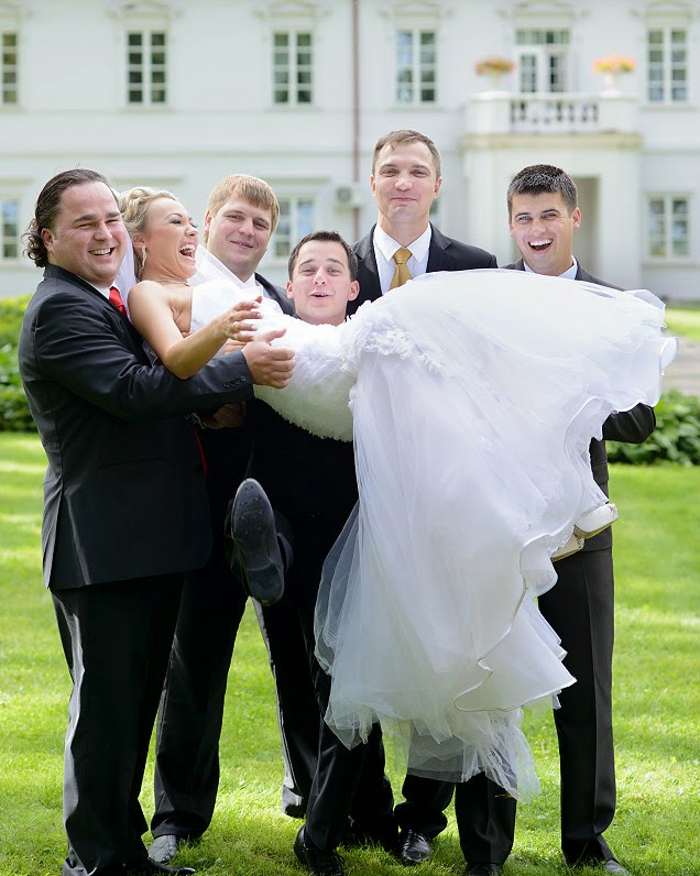 linksmos vestuvių nuotraukos su pabroliais