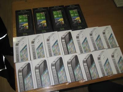 Проводница везла 14 мобильных телефонов марки IPhone 4S и четыре телефона HTC Titan