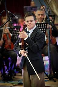 Emmanuel de 13 años habla inglés, español, francés y latín, toca el violín y tiene Síndrome de Down