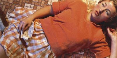 Fotografia di donna sdraita sul pavimento