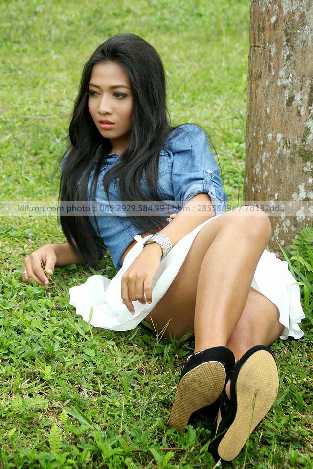 Si Sensual yg fenomenal Aisahara Model Cilacap dalam Tampilan Casual Blue White foto oleh Klikmg