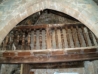 L'arc apuntat gòtic a tocar del cor de fusta de Sant Genís Sadevesa