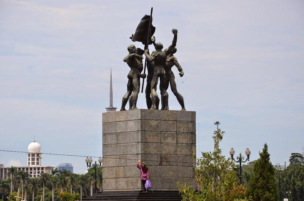 Patung lima orang megang bendera