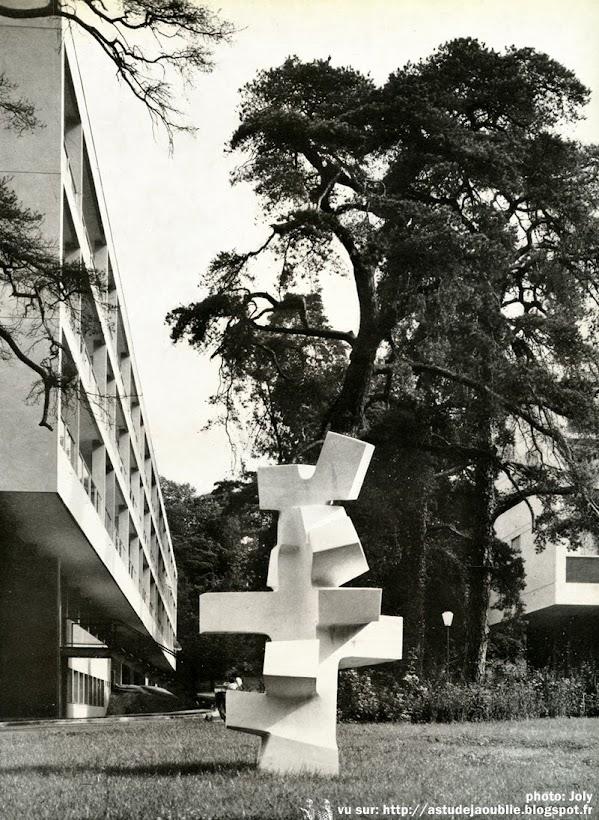 Meudon - Résidence de l'Abbaye, rue des Capucins  Architectes: Jean Ginsberg, André Ilinski  Construction: 1958  Sculpture: André Bloc