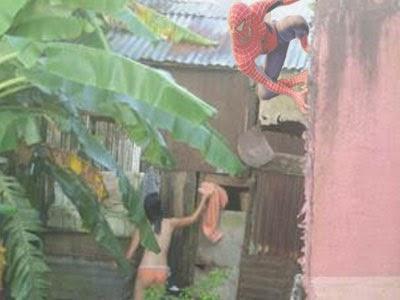 Spiderman ngintip orang mandi