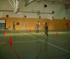 Jugando al baloncesto en un gimnasio de estudiantes