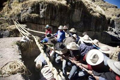 Jambatan gantung dibuat dari Rumput Qoya di Chile