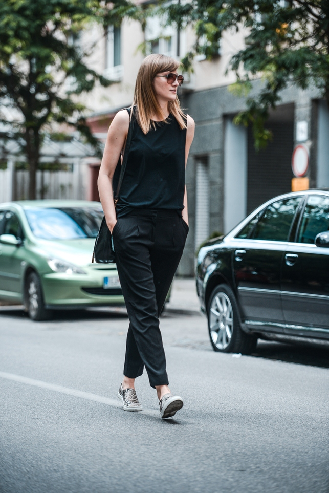 minimalistic outfit, formal pants with sneakers, snake slip on sneakers, blogger, bucket bag outfit