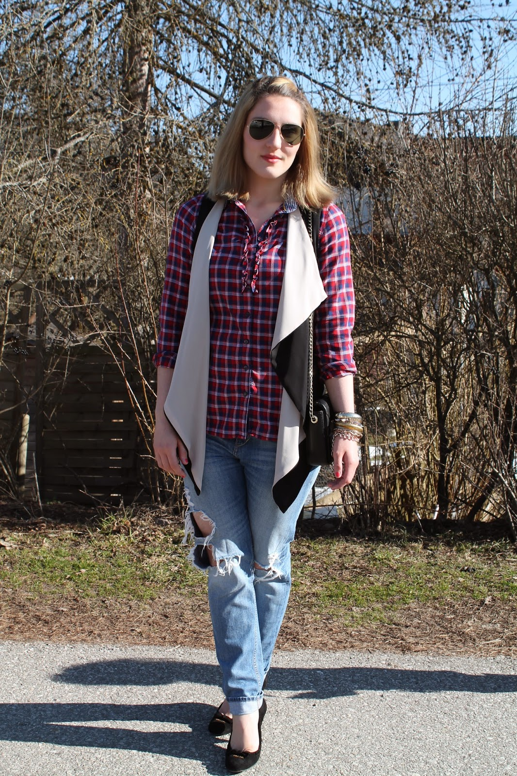 Fashion Blogger Austria Österreich Kärnten Carinthia Klagenfurt Vienna Wien Street Style Fashionblogger Blogger Outfit Look Lookbook Spring Look Boyfriend Jeans Karohemd Black Chiffon Vest Crossbody Bag Pumps Prada Zara Tommy Hilfiger Persunmall H&M Guess Ray Ban Aviator