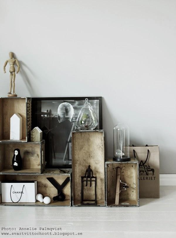 trälådor mot väggen, vägg, väggar, snedtak, tips, inredning, inredningsblogg, inredningsbloggar, hylla av lådor, hyllor mot väggen, svart och vitt, svartvita, svarta, vita, vit, chanel, glasbehållare med blomma,