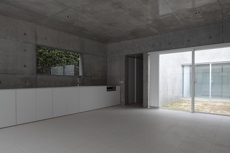 Vivienda minimalista de hormig n en forma de l por for Amueblar casa completa
