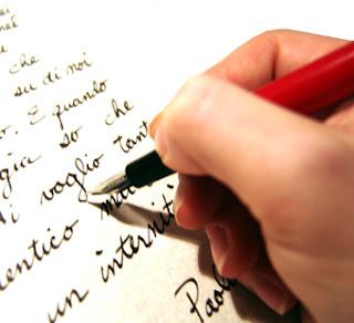 IMAGEM: Mão escrevendo em papel