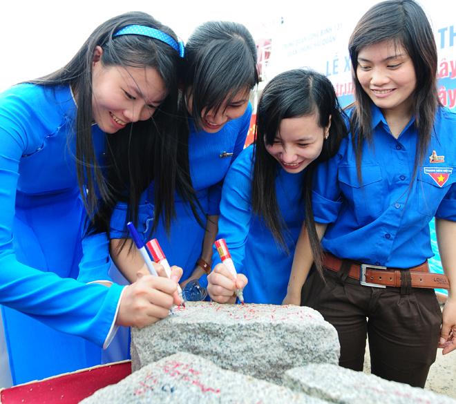 Đoàn viên thanh niên tỉnh Bà Rịa - Vũng Tàu ký tên lên những viên đá trong lễ chuyển đá xuống tàu Trường Sa 21 ngày 19-9-2011 để xây dựng đảo Đá Tây, Trường Sa - Ảnh: Thuận Thắng