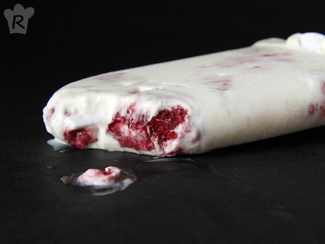 Polos de yogur y frambuesas