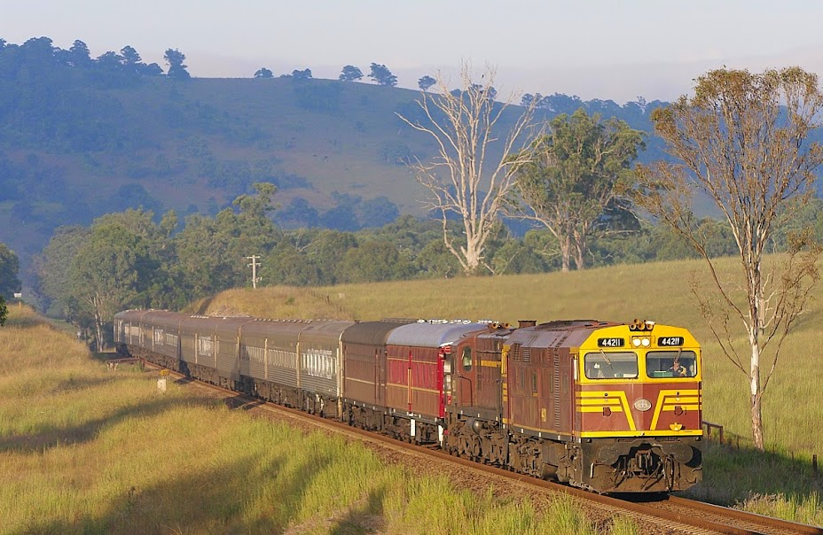 44211/4520 approaches Killawarra in 2010