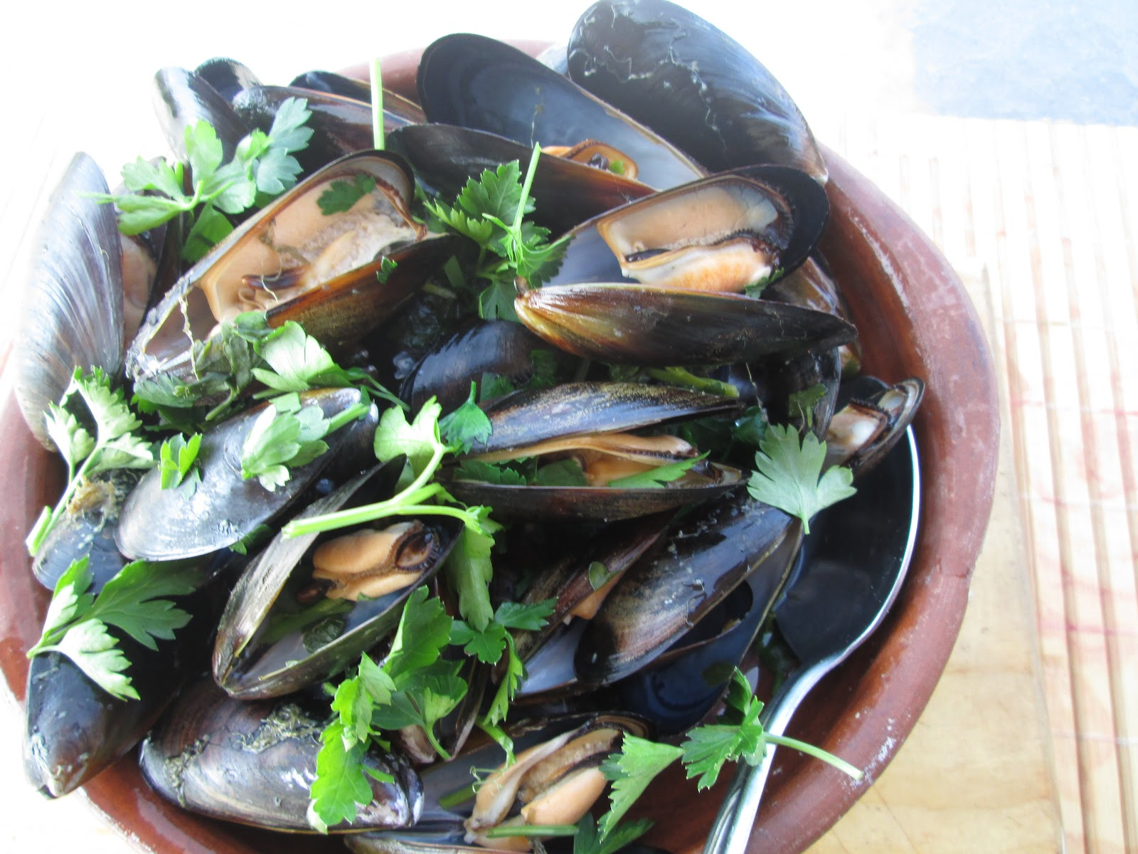 Canela kitchen : mussels with garlic and parsley