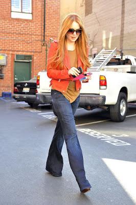 lindsay lohan con gafas, jeans y cabello pintado de rojo