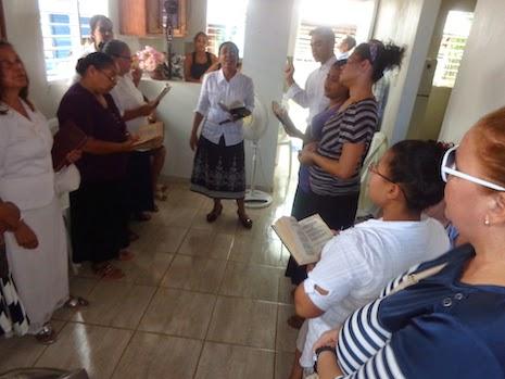 La Tribuna y Las IJJN viajamos a Las Lagunas de Moca, para llevar a la familia un culto de consolación y fortaleza en el nombre del Señor Jesucristo.