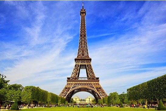 Menara Eiffel Disiang Hari