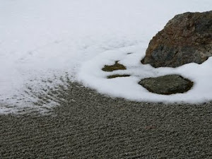 Grădină zen sub zăpadă