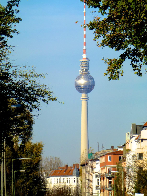 La Torre de Alexander Platz y el reflejo en forma de cruz