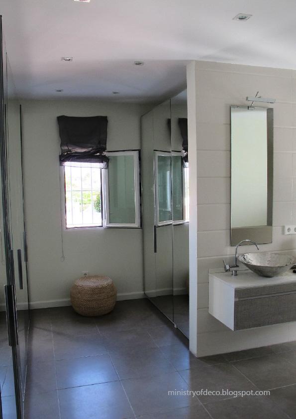 Baño Con Vestidor Integrado:central divide baño y vestidor A la izquierda está el vestidor