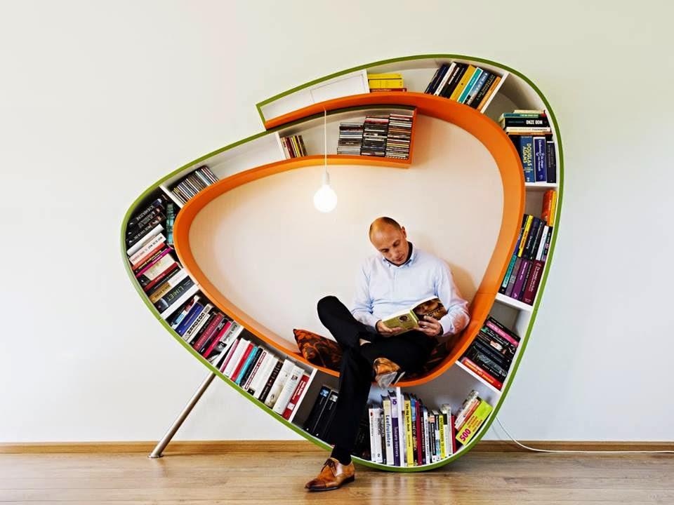 hombre leyendo en librería