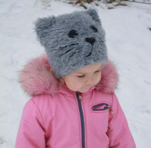 Теплая пушистая шапка-кошка крючком Лебяжий пух