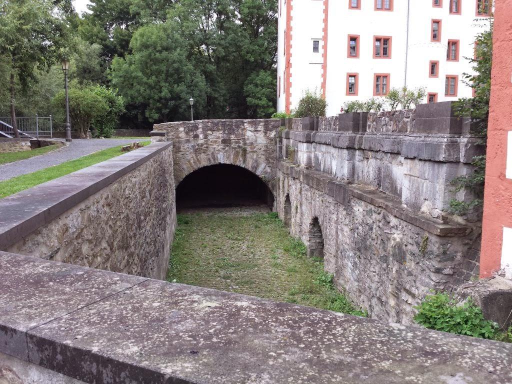 Schloss Hadamar, Wurmloch, Zeitanomalie