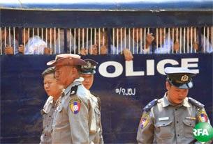 သာယာ၀တီေထာင္မွာ ဖမ္းဆီးထားတဲ့ ေက်ာင္းသားေတြနဲ႔ ကူညီသူေတြကို လက္ပံတန္းၿမိဳ႕နယ္ တရားရံုးမွာ ဧၿပီလ ၂၃ ရက္ေန႔က ၄ ႀကိမ္ေျမာက္ ရံုးထုတ္ခဲ့စဥ္။ Photo: Kyaw Zaw Win/RFA