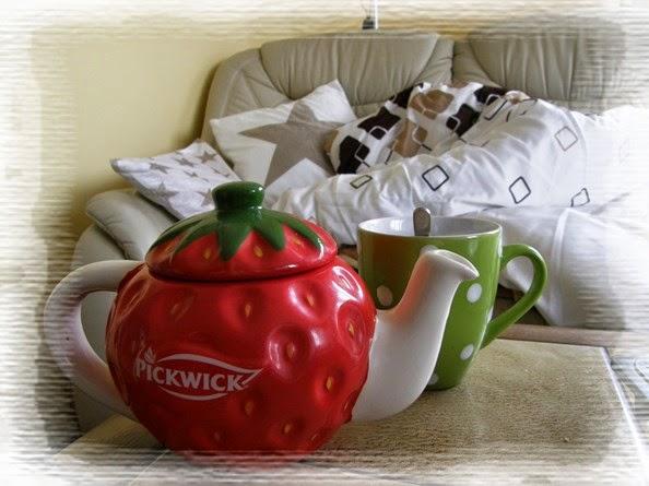 konvice, hrnek s čajem, peřina, polštář, hvězda