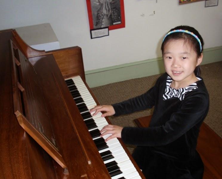 Foto anak perempuan keren bermain piano