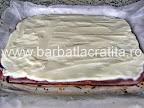 Prajitura cu visine Valurile Dunarii preparare reteta crema de vanilie nivelata pe blat