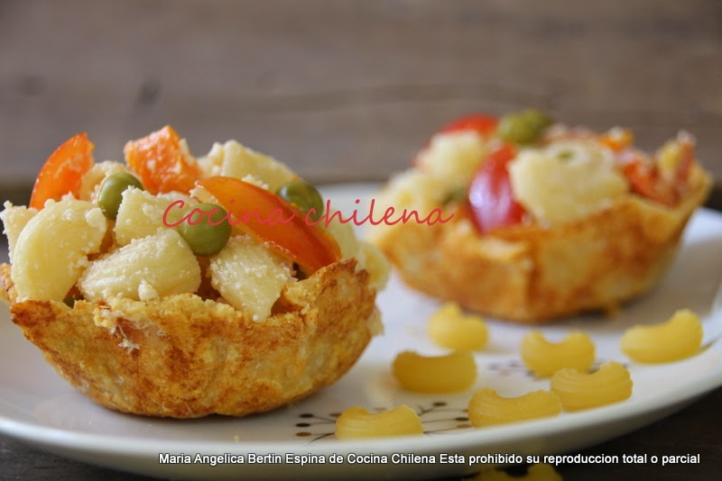Ensalada de pastas coditos en canastitas de queso for Como cocinar corbatitas