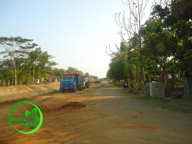 FOTO : Keluar masuk kendaraan pengerukan / penimbunan sungai Ciasem.