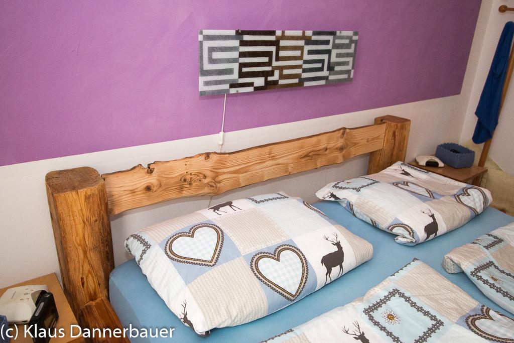 Klaus Dannerbauer: Bett aus alten Holzbalken