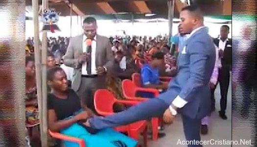 Pastor patea vientre de mujer para sanarla de infertilidad