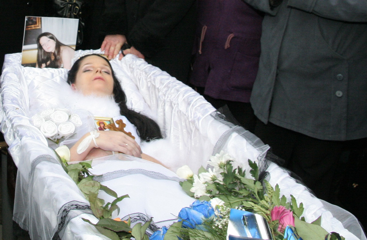 Фото девушки в свадебном платье в гробу