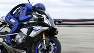 Robot Motobot Yamaha mengendarai sepeda motor