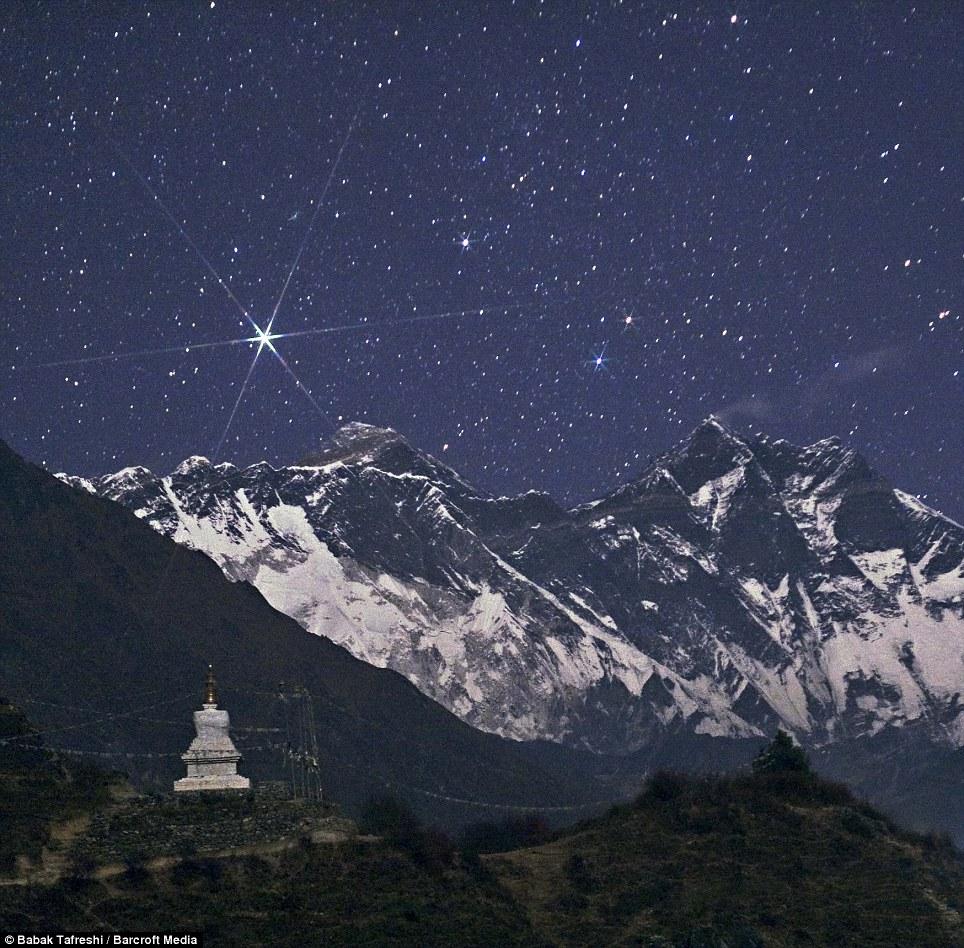 Ngôi sao sáng Capella tỏa sáng trên bầu trời nóc nhà của thế giới - đỉnh núi Everest của dãy núi Hy Mã Lạp Sơn. Tác giả : Babak Tafreshi.