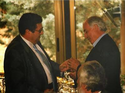 Josep Paredes Prats recibiendo la Insignia de Plata de la Federación Catalana de Ajedrez