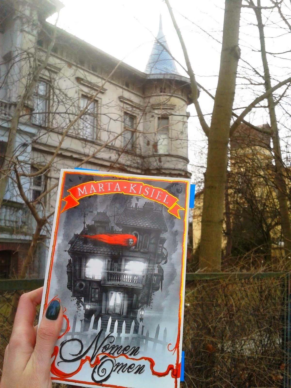 Książka Marty Kisiel Nomen Omen na tle kamienicy Lipowa 5