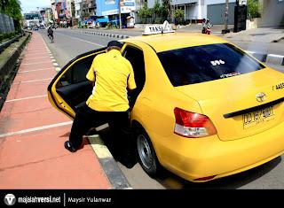 sopir taksi kencing