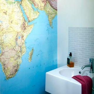 Banheiro onde uma parede é um mapa