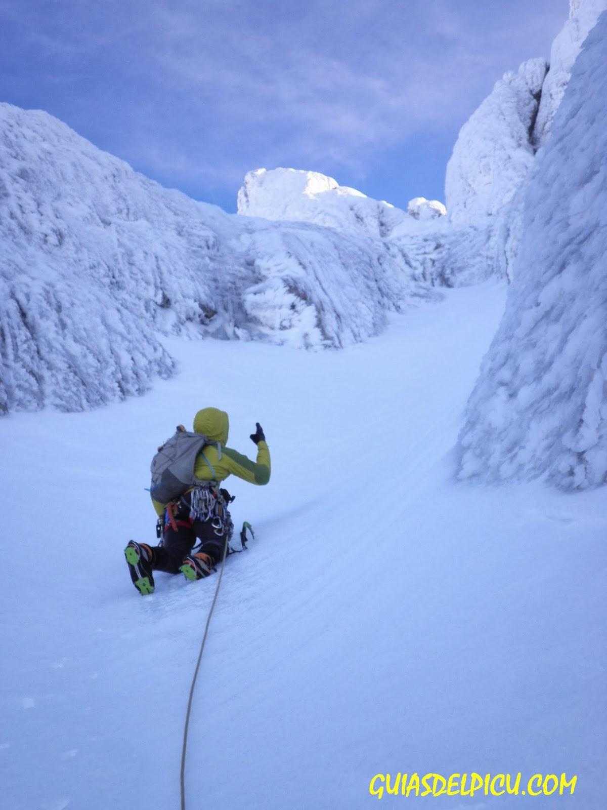 escalar en el macizo occidental , Peñasanta de los picos de Europa con guias de montaña , guias del picu . com