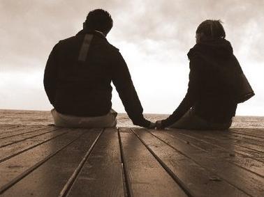 الصراحة بين الزوجين تشكل جسرا للسعادة - حبيبان يمسكان يد بعضهم - man and woman holding each other hands
