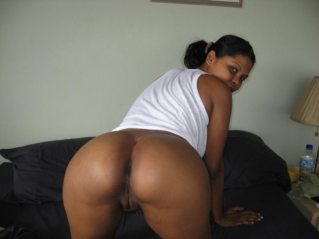 busty indian bhabhi showing round ass n shaved pussy kaama korika