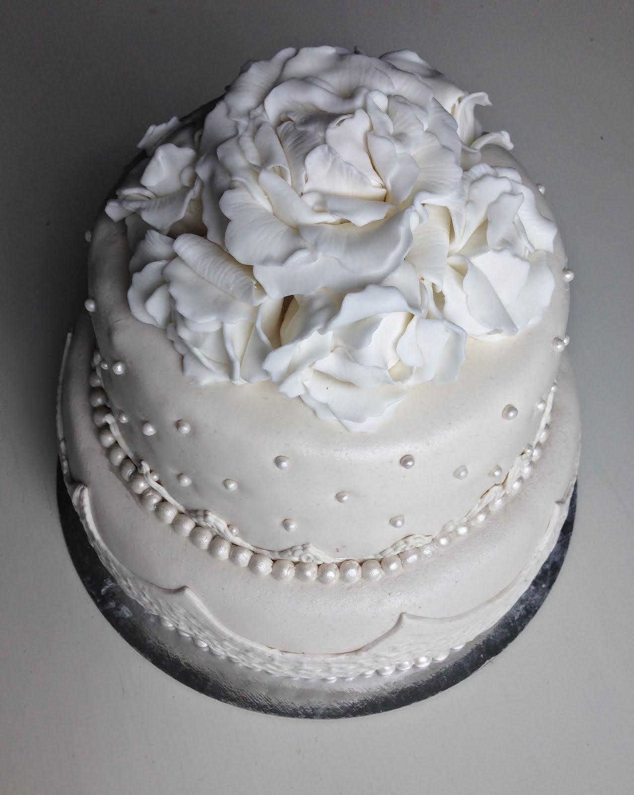 Vit bröllopstårta med vita handgjorda pioner