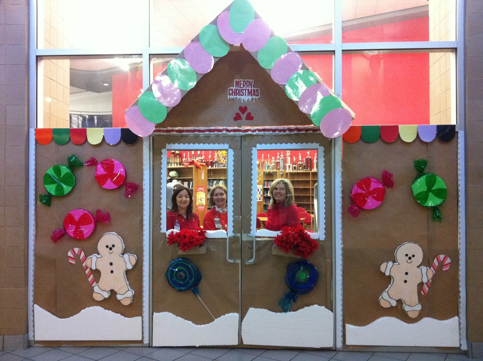Christmas door decorating contest gingerbread house - Christmas Door Decorating Contest Gingerbread House Photo 2