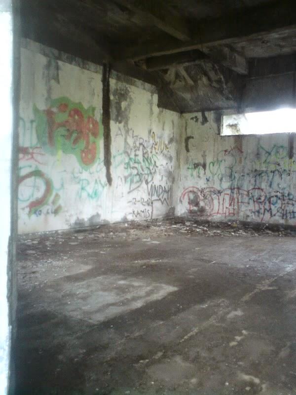 rumah hantu darmo lantai 1 kamar